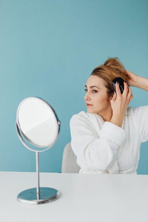 Gratis lagerfoto af blå baggrund, hår styling, hvidt bord
