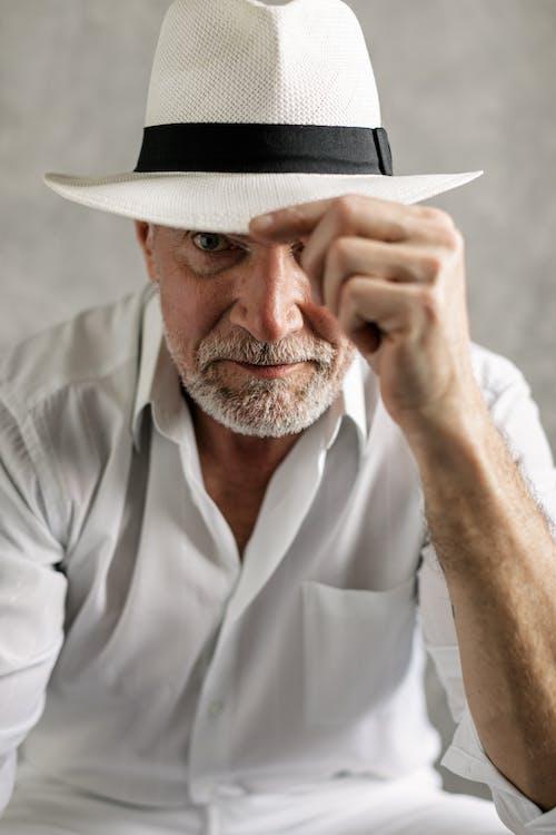 Immagine gratuita di alla ricerca, anziano, camicia bianca