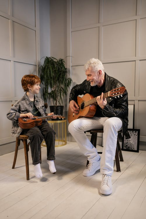 Gratis stockfoto met aan het kijken, akoestische gitaar, bekijken