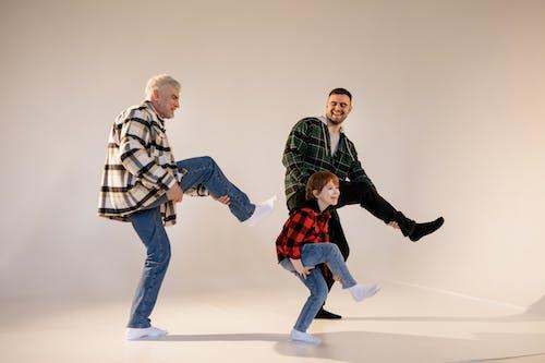 Foto profissional grátis de alegre, alegria, avô