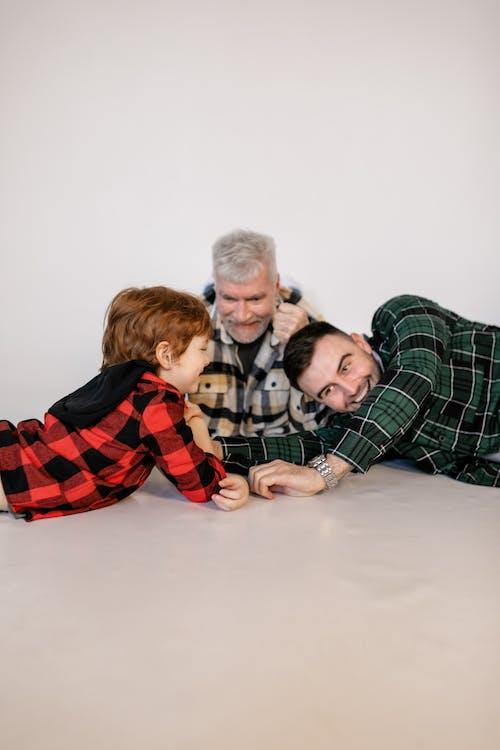 3 Niños Sentados En La Cama
