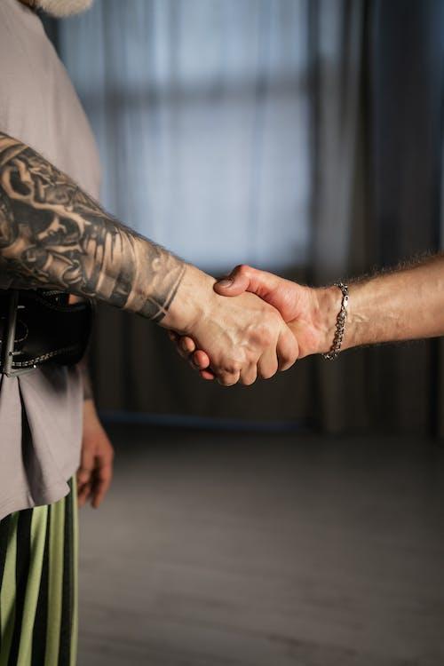 dövmeli, el sıkışma, el sıkışmak içeren Ücretsiz stok fotoğraf