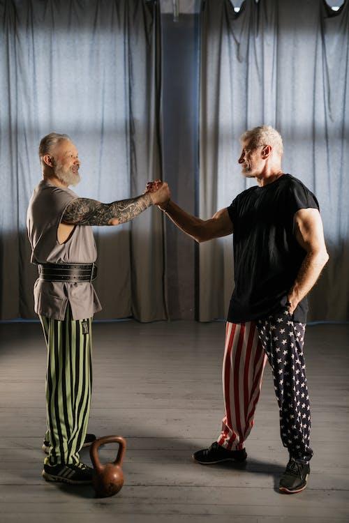Foto stok gratis aktivitas fisik, berjabat tangan, berotot