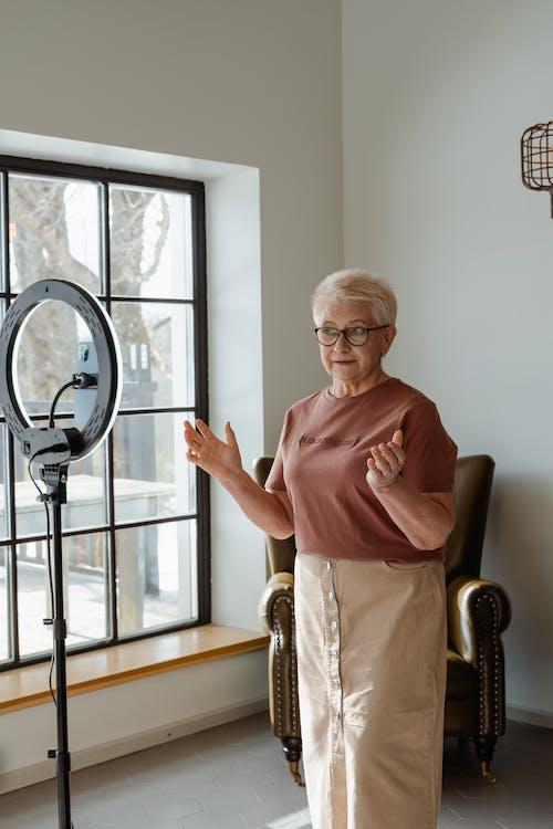 Immagine gratuita di anziano, interni, nonna