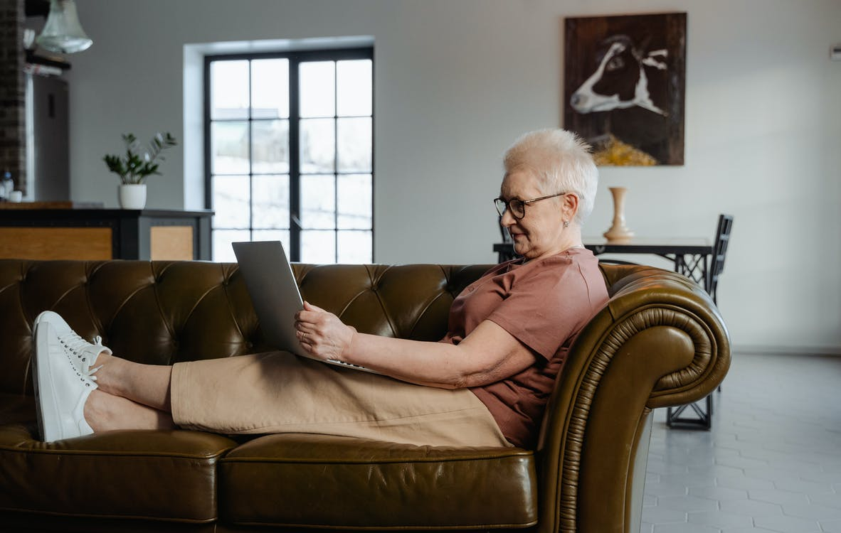 Foto profissional grátis de aposentado, avó, computador
