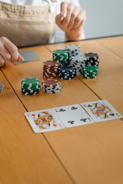 人, 呆在家里, 打牌 的 免费素材图片