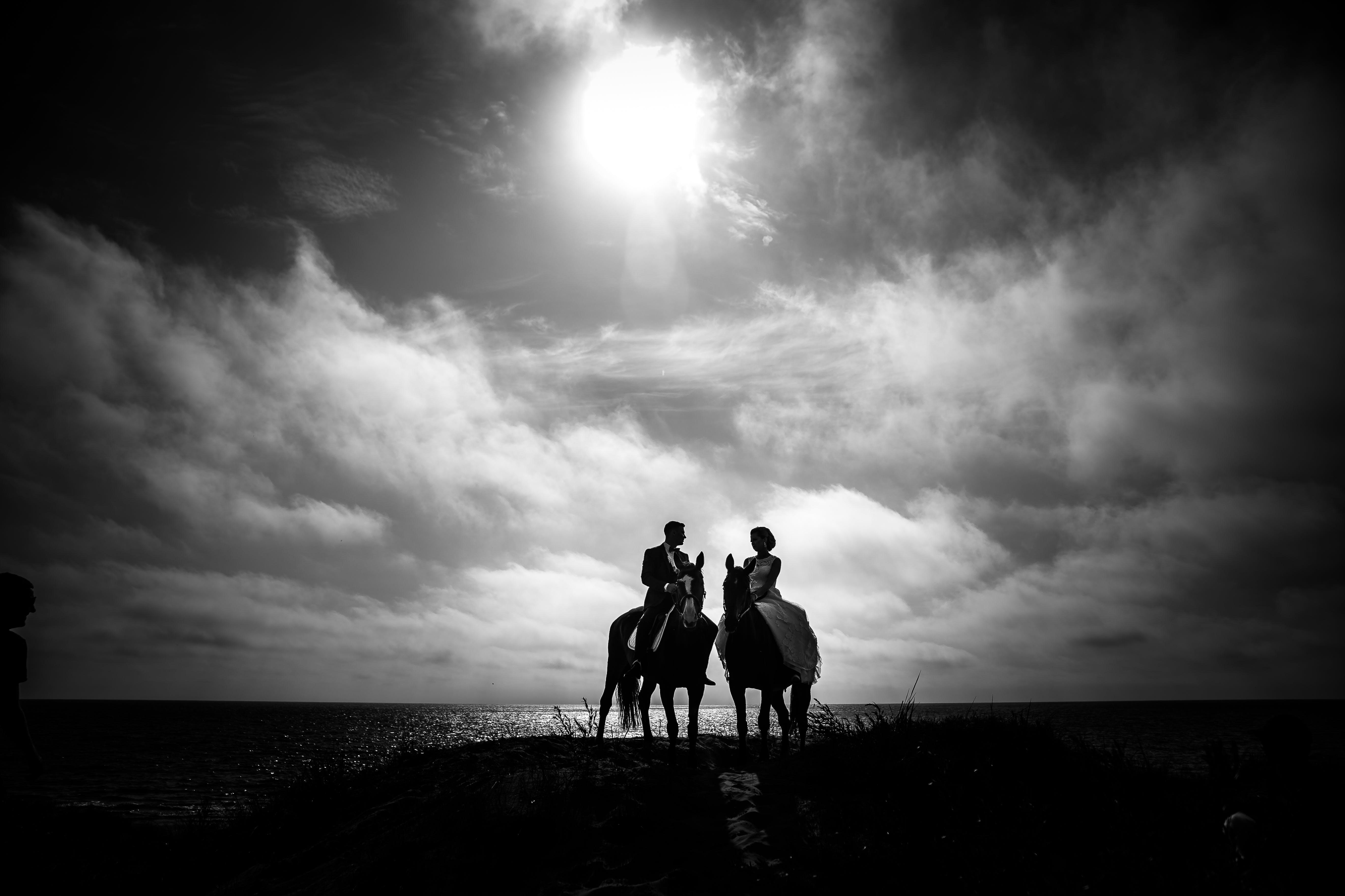 Kostenloses Stock Foto zu dämmerung, dramatischer himmel, dunkel, frau