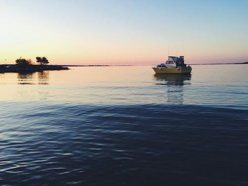 Gratis lagerfoto af aften, båd, hav