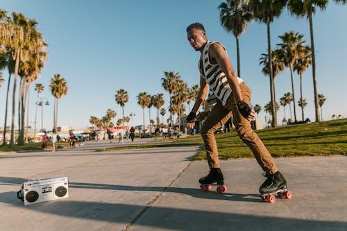 Foto profissional grátis de andar de patins, asfalto, bonito