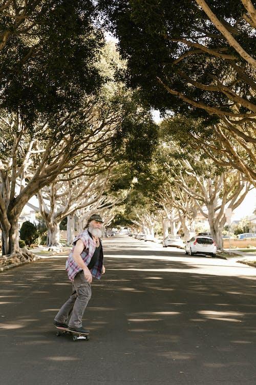 Gratis stockfoto met asfaltweg, bebaarde, bejaarde man