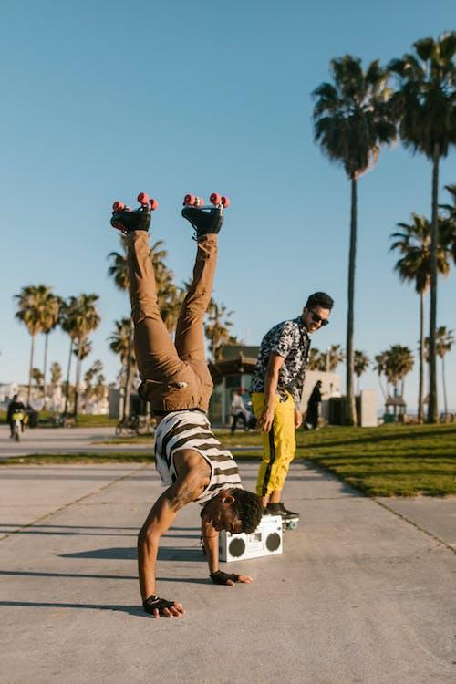 Gratis stockfoto met Afro-Amerikaanse man, balans, blauwig