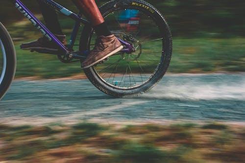 Darmowe zdjęcie z galerii z akcja, droga, długa ekspozycja, jazda na rowerze