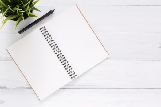 Kostenloses Stock Foto zu schreibtisch, notizbuch, büro, stift