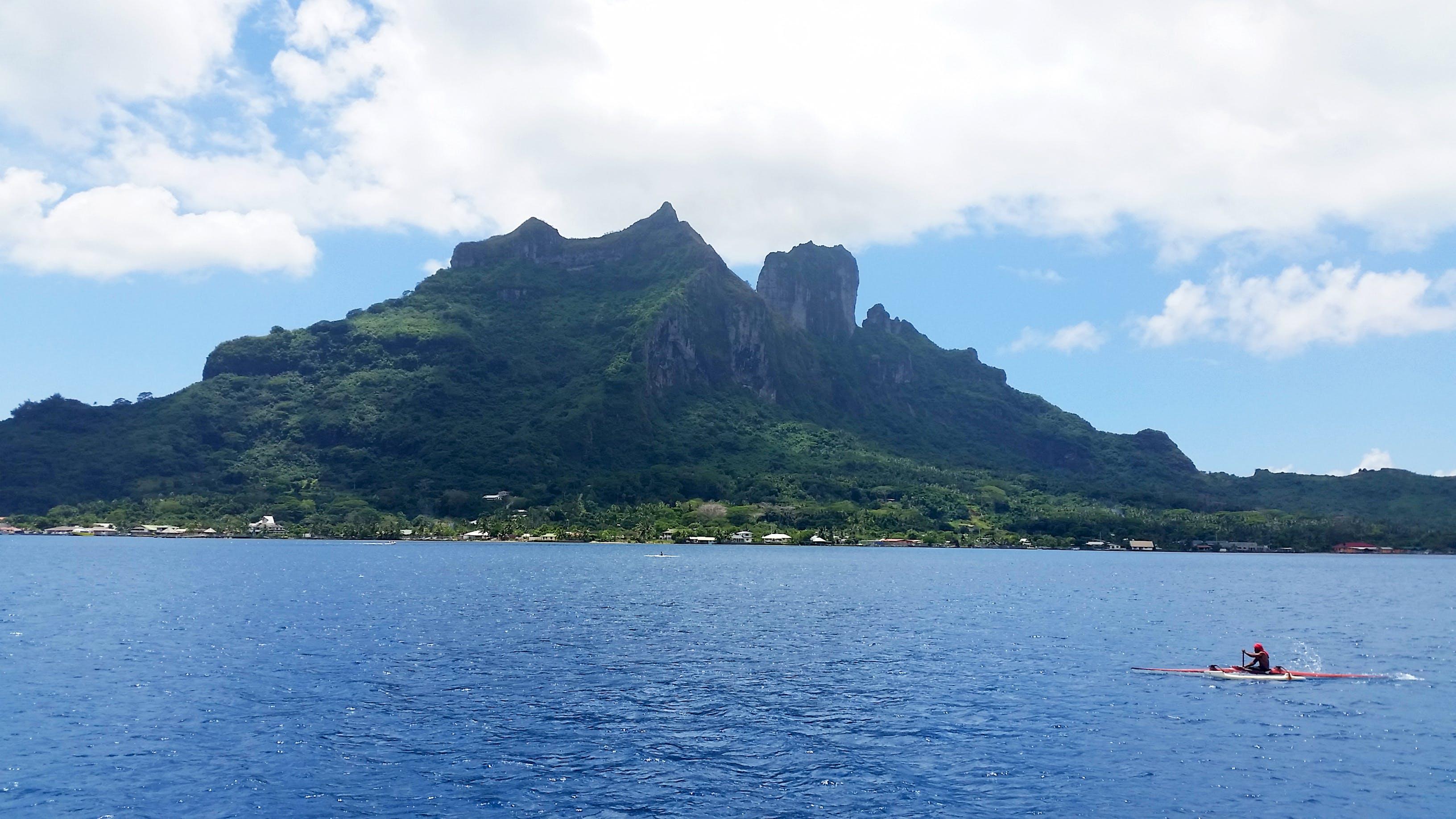 Δωρεάν στοκ φωτογραφιών με ακτή, άνθρωπος, βάρκα, βουνό