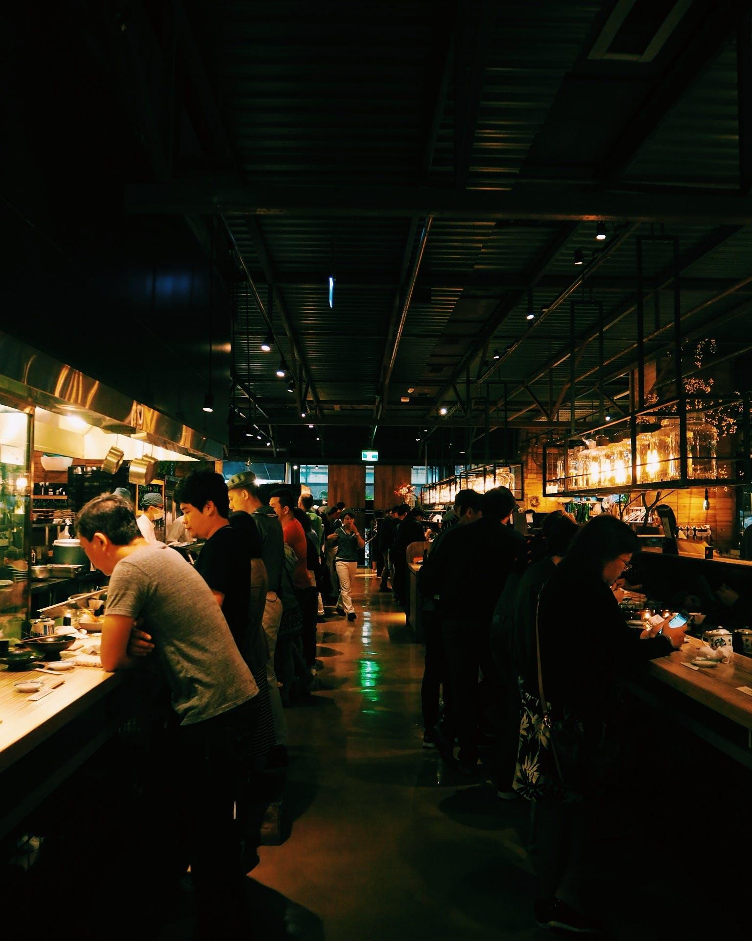 Kostenloses Stock Foto zu restaurant, menschen, beleuchtung, dunkel