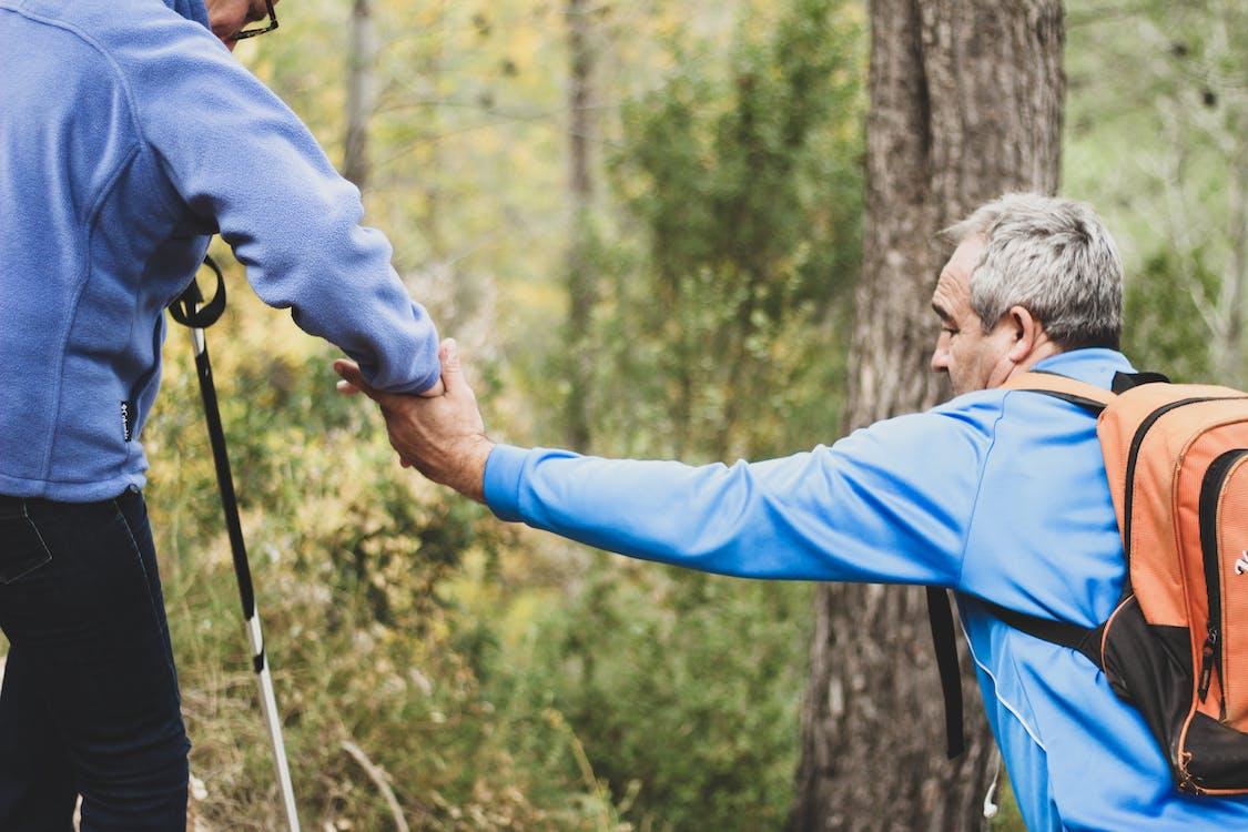 Foto Dua Orang Tua Yang Saling Membantu