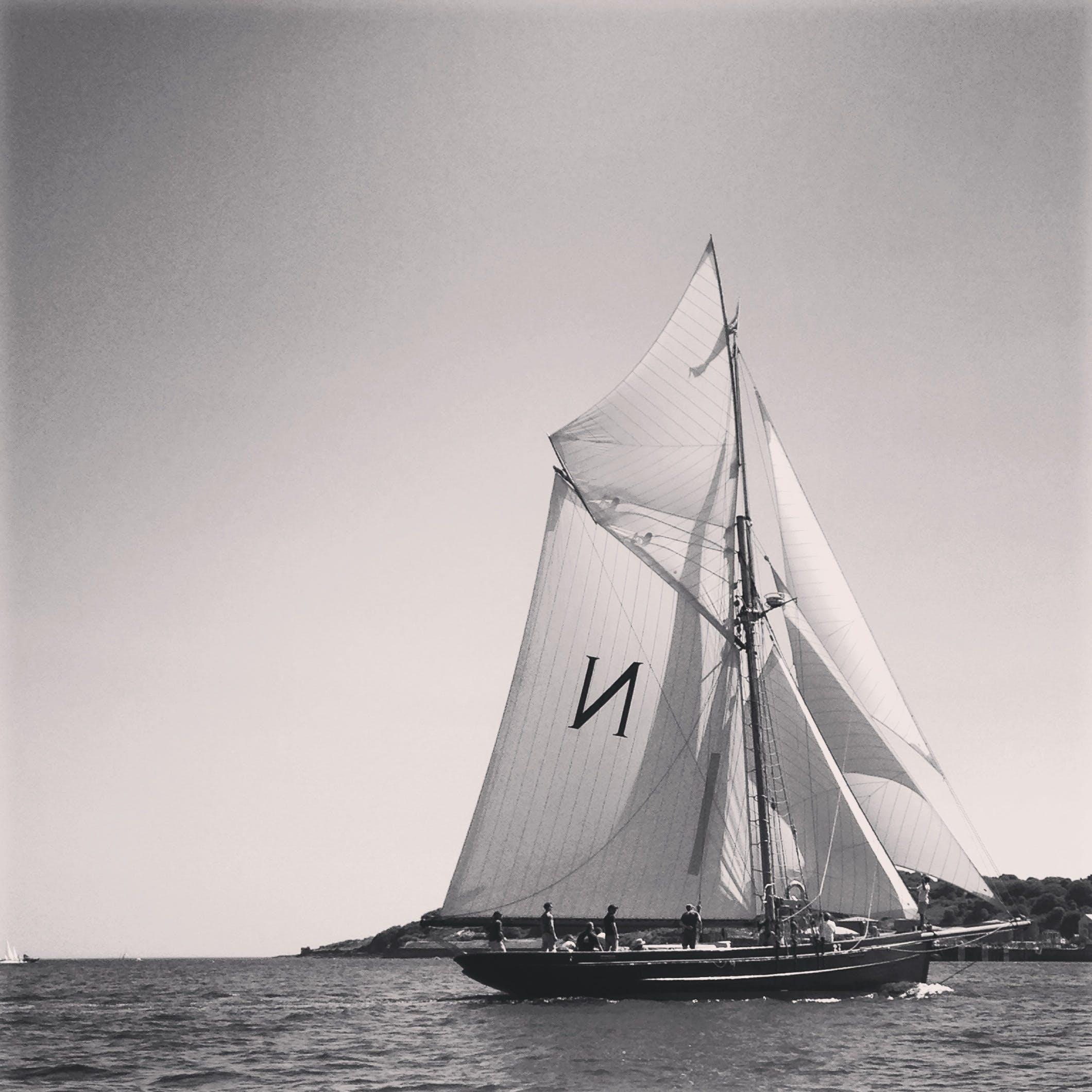 Foto d'estoc gratuïta de aigua, barca, blanc i negre, mar