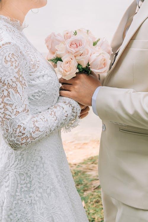 흰 장미 꽃다발을 들고 흰 꽃 드레스 여자
