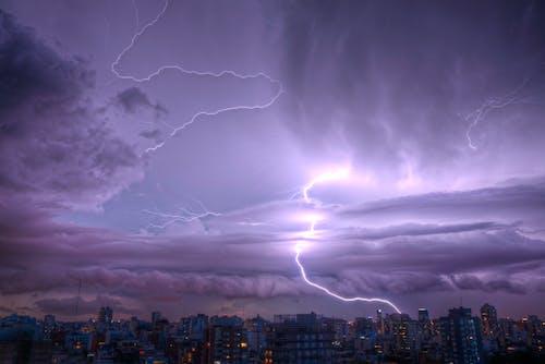 Foto d'estoc gratuïta de cel, ciutat, il·luminació de la cadena, morat