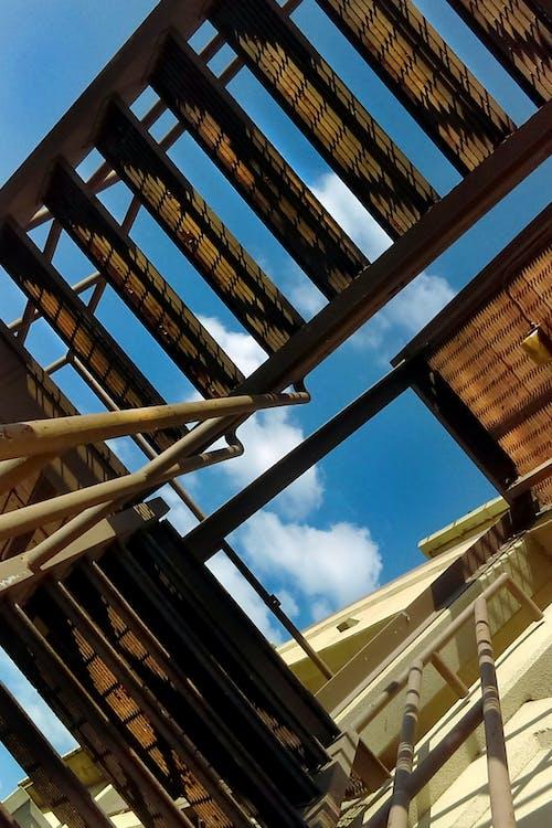 Základová fotografie zdarma na téma dynamika, mrak, schody, urbex