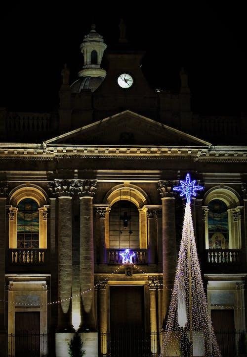 albero di natale, chiesa, Noel ışıkları s içeren Ücretsiz stok fotoğraf