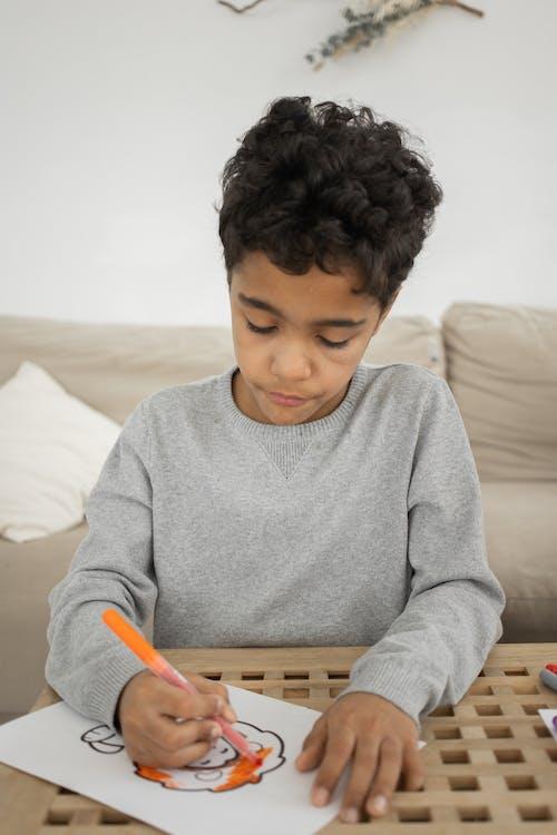 Безкоштовне стокове фото на тему «апельсин, афро-американських хлопчик, вдома»