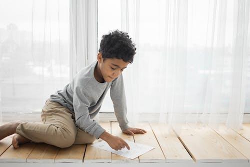 Безкоштовне стокове фото на тему «афро-американських хлопчик, вдумливий, вид збоку»