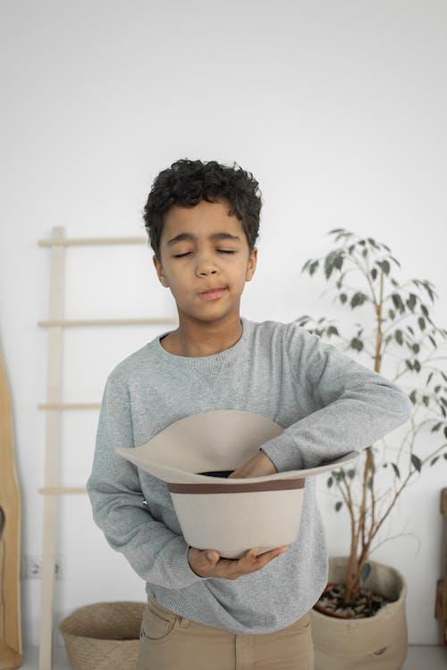 Gratis stockfoto met aanbiddelijk, afro-amerikaanse jongen, alleen