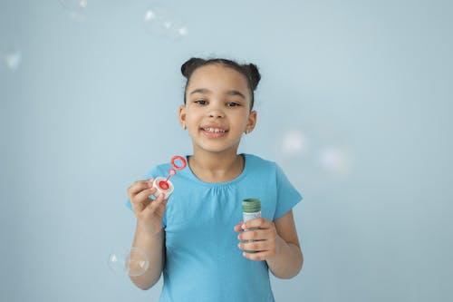 アフリカ系アメリカ人の女の子, インドア, うれしいの無料の写真素材