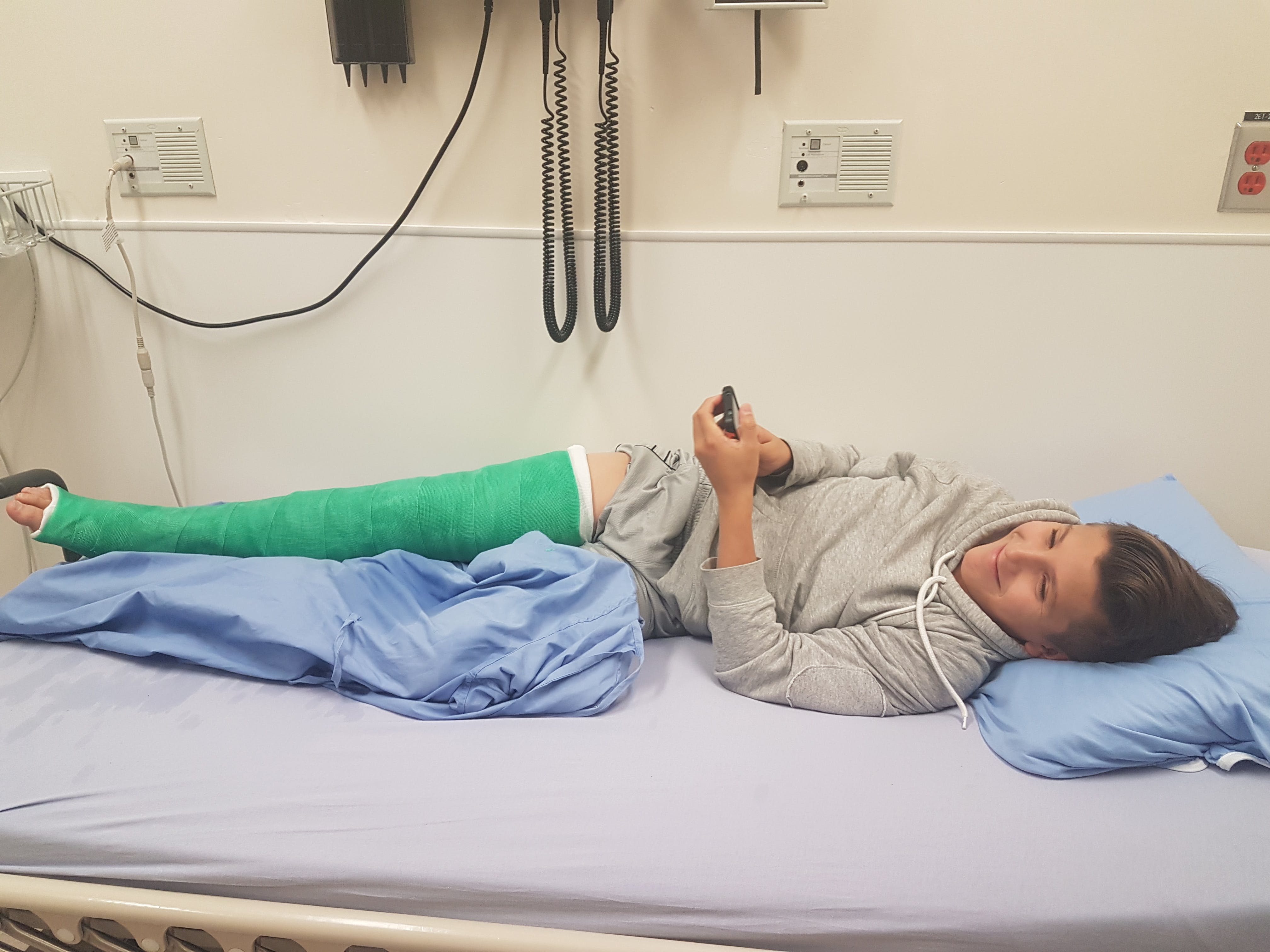 Free stock photo of Hockey injury, Knee cast, Young lad in hospital