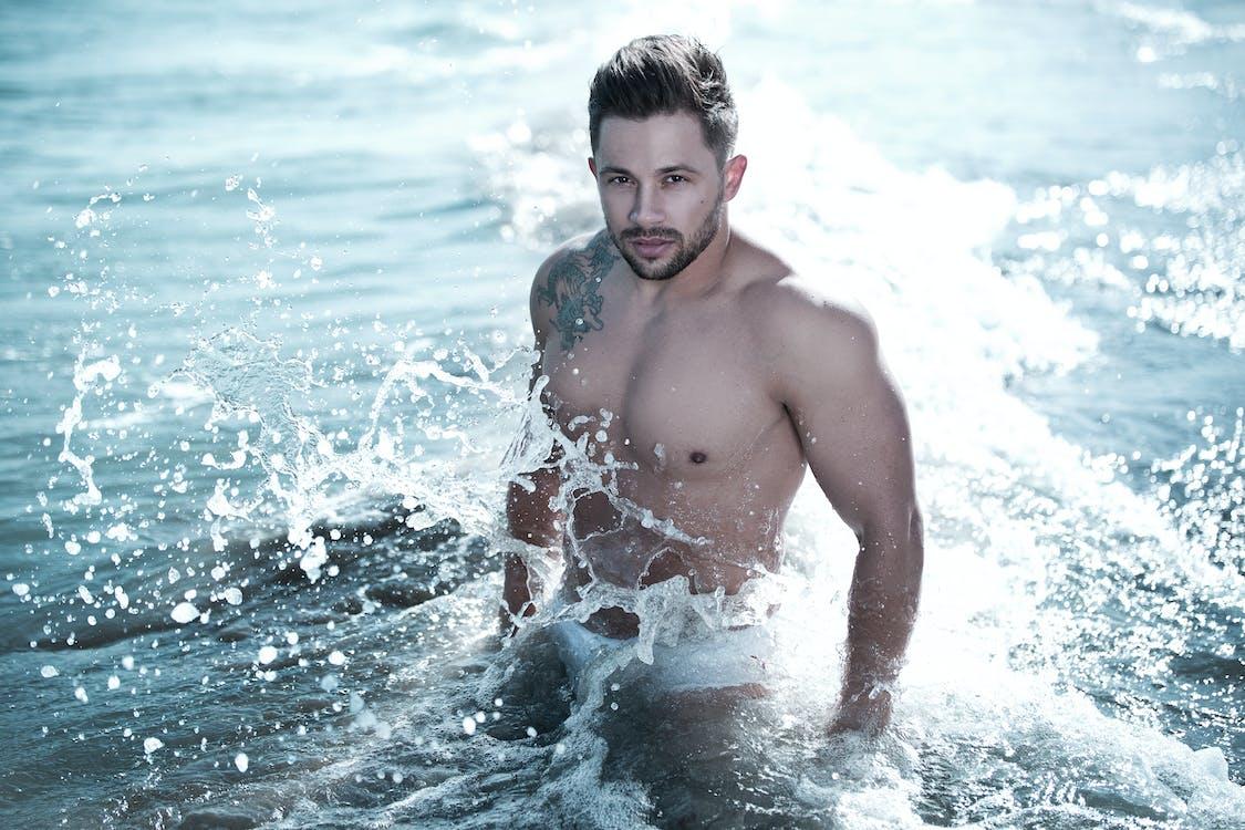 Фотография мужчины в водоеме в белых трусах