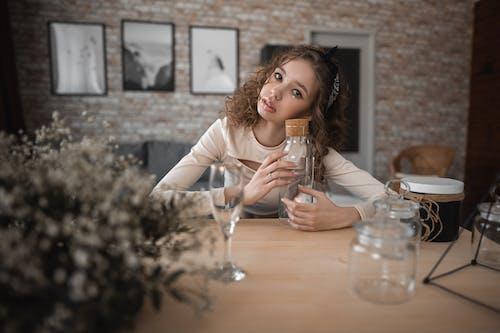Základová fotografie zdarma na téma brunetka, cihlová zeď, dáma