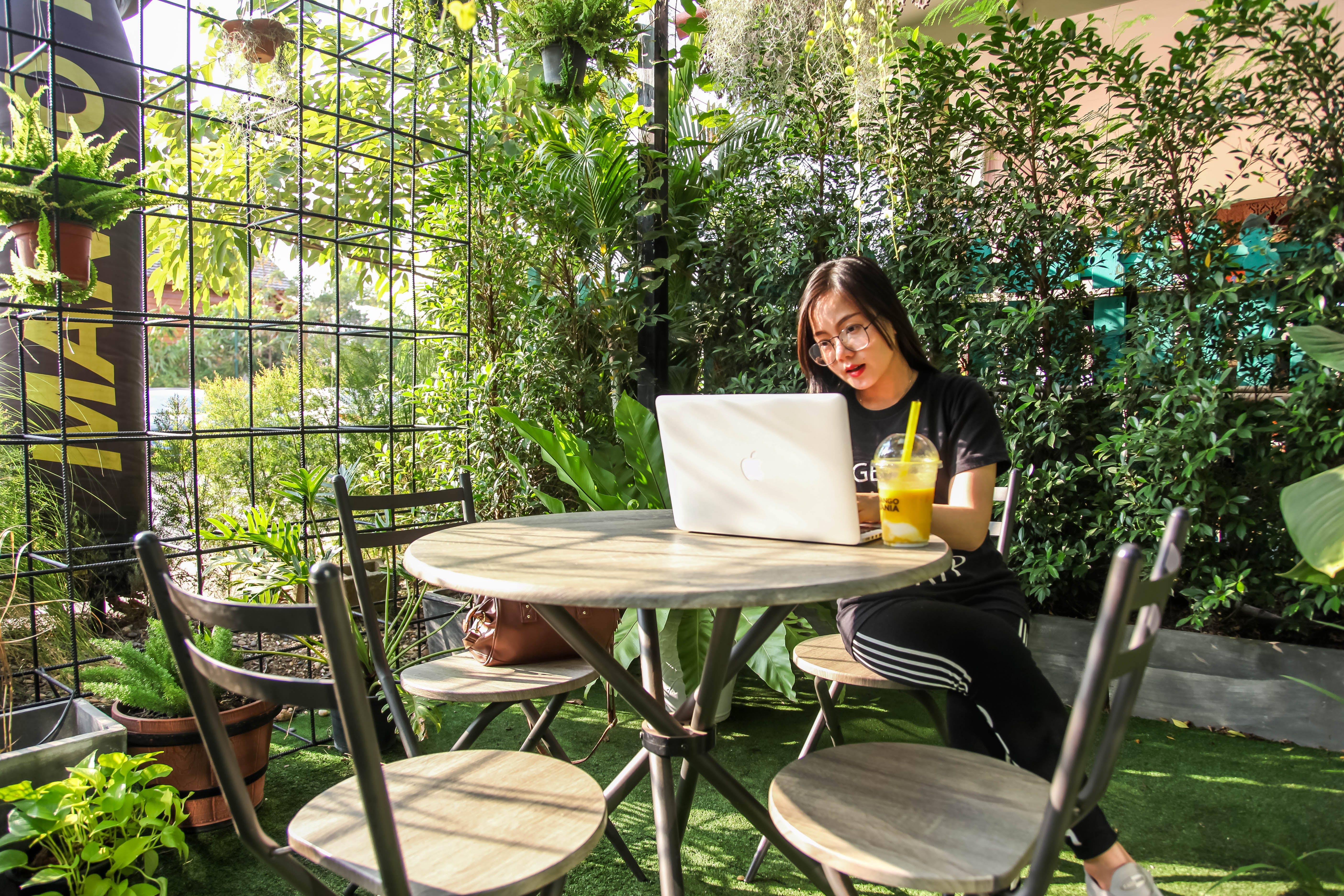 가구, 공원, 노트북, 느긋하게 휴식을 취하다의 무료 스톡 사진