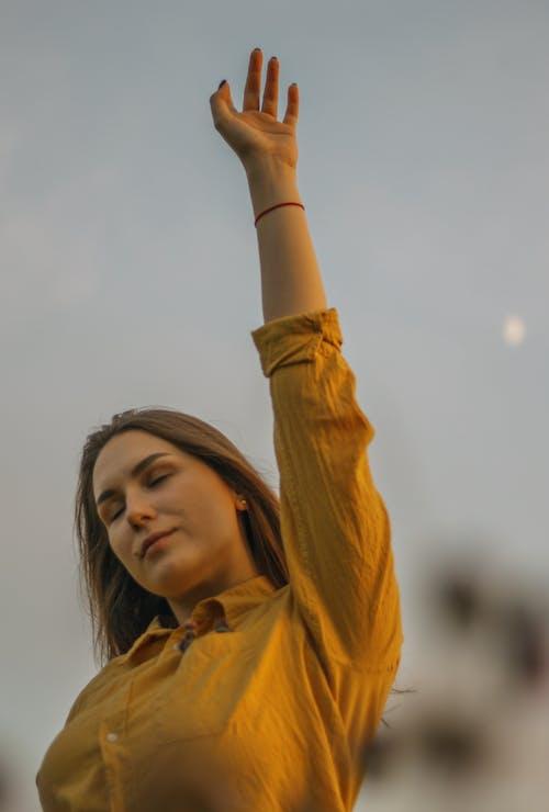 Kostnadsfri bild av arm upptagen, gul klänningskjorta, kvinna