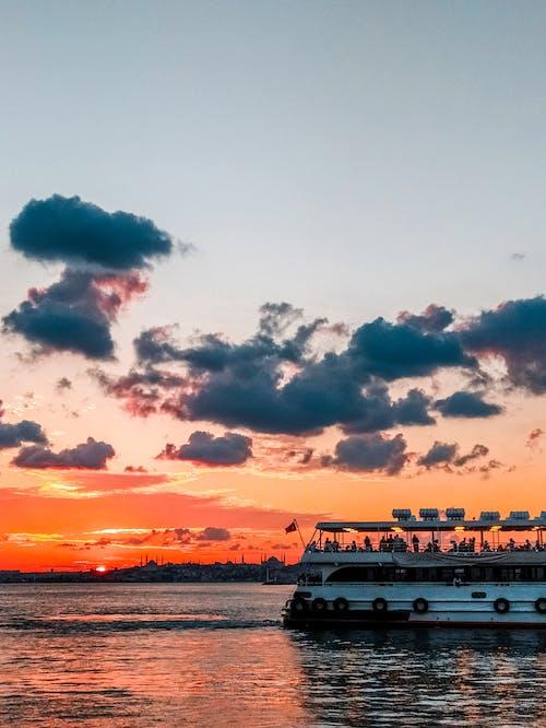 Gratis lagerfoto af færge, gylden time, hav