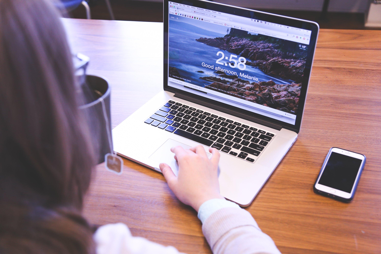 Kostenloses Stock Foto zu apfel, smartphone, laptop, macbook pro