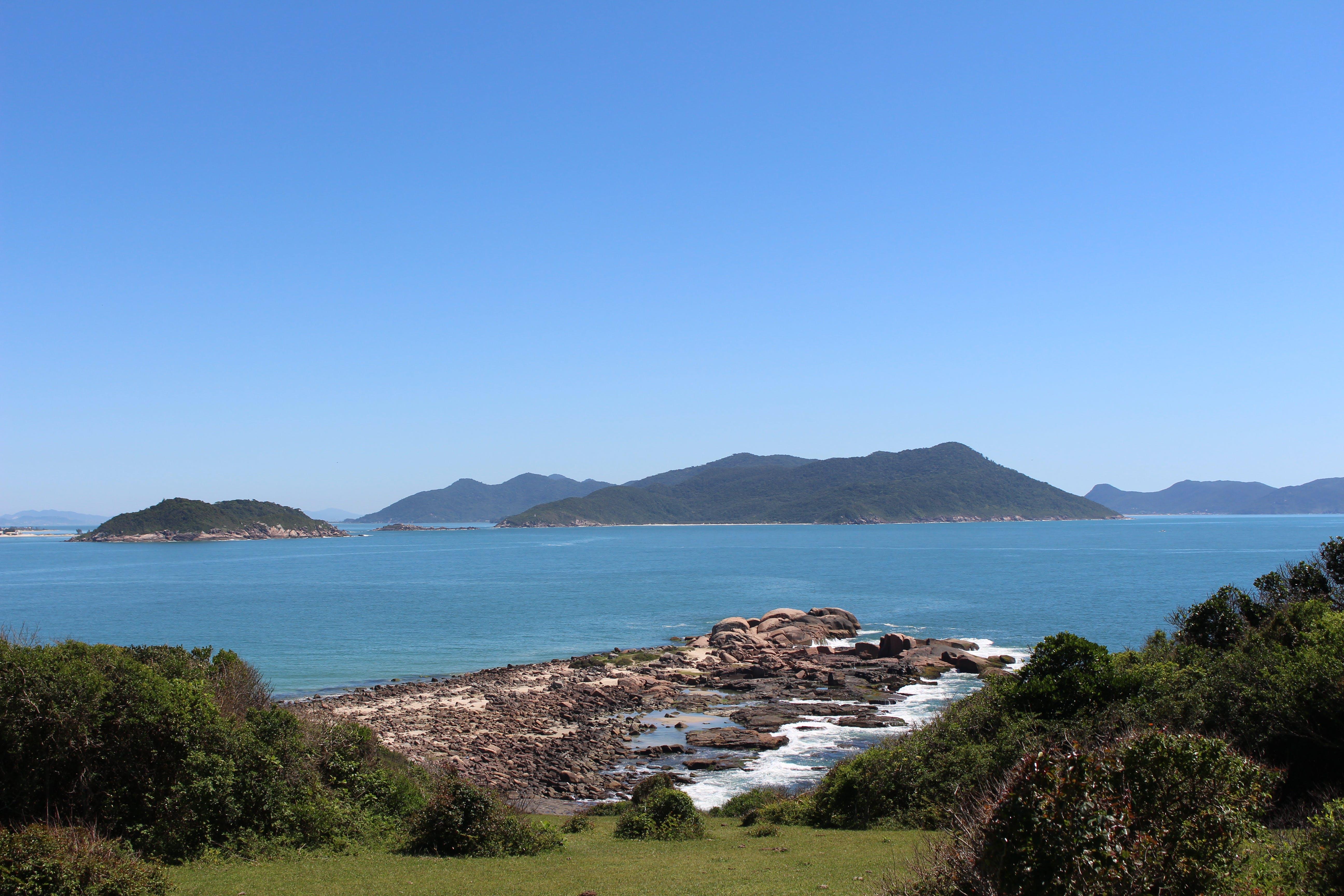 Fotos de stock gratuitas de agua, arbustos, bahía, cielo azul