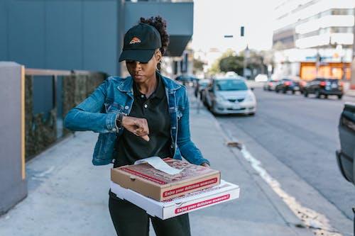Foto d'estoc gratuïta de a l'aire lliure, bonic, caixes de pizza