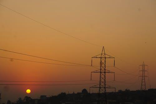 Безкоштовне стокове фото на тему «Добрий ранок, електричний стовп, помаранчеве небо, промінь сонця»