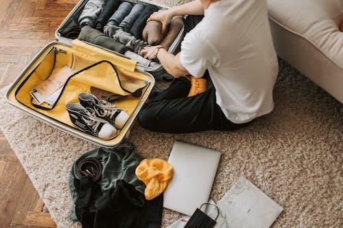 Kostnadsfri bild av ansiktsmask, bagage, bärbar dator