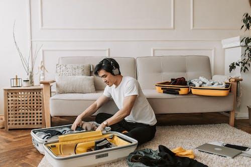 Бесплатное стоковое фото с багажей, белая рубашка, беспорядочный