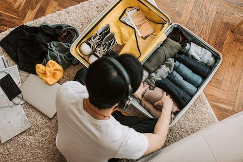 Бесплатное стоковое фото с багаж, белая рубашка, в помещении