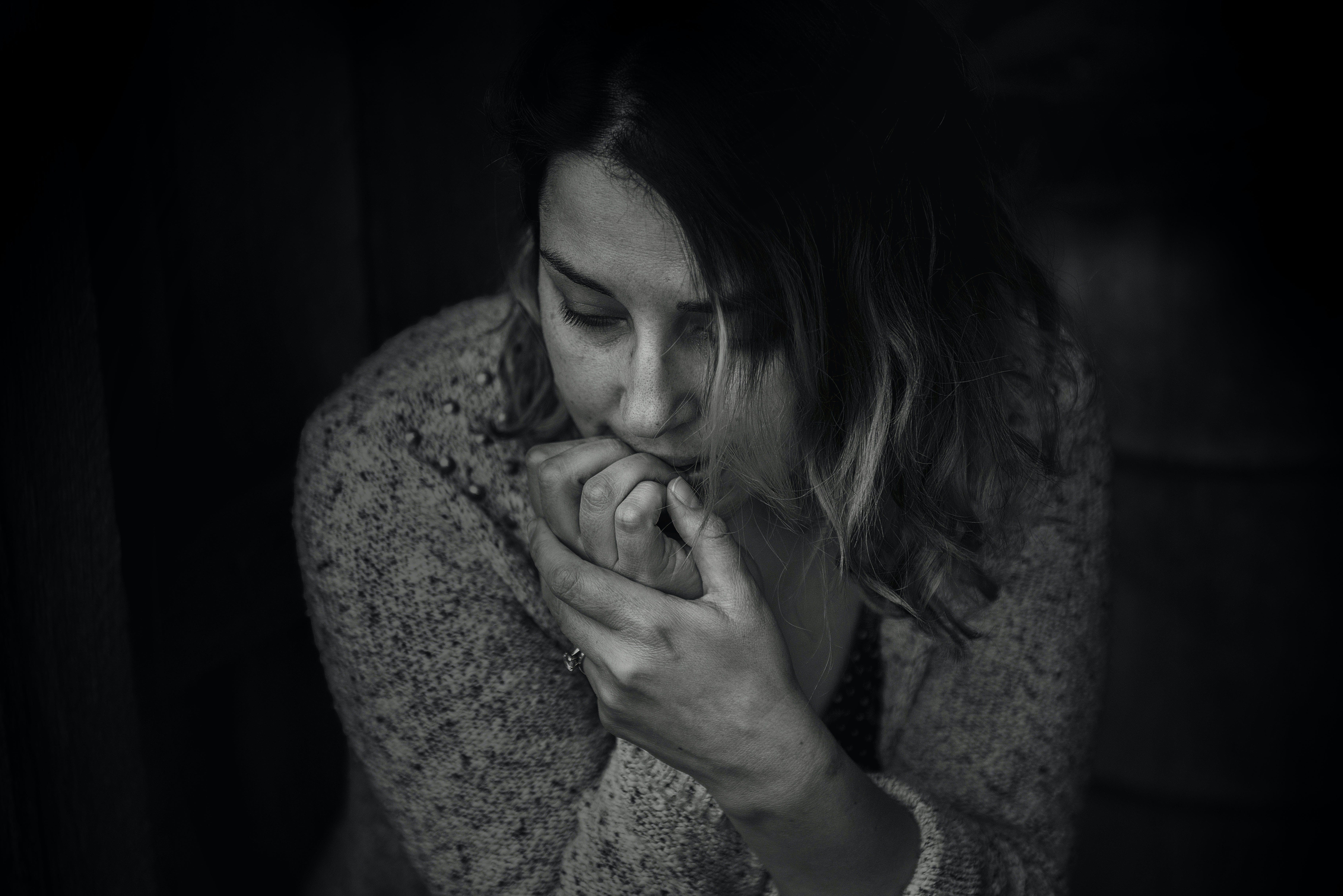 Darmowe zdjęcie z galerii z ciemny, czarno-biały, depresja, dorosły