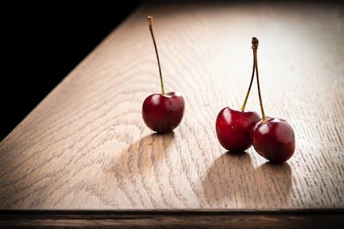 Бесплатное стоковое фото с вишни, деревянный стол, крупный план