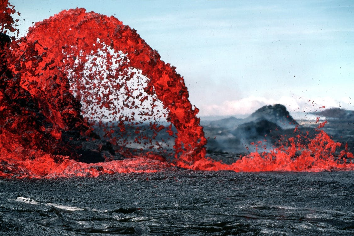 Semua batuan di permukaan bumi berasal dari bahan dasar yang sama yaitu magma