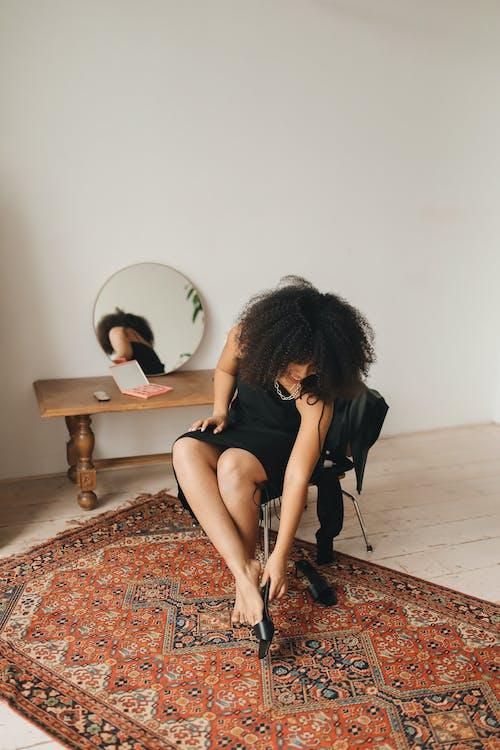 Foto stok gratis berdandan, cermin, dalam ruangan