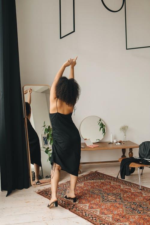 Foto stok gratis angkat tangan, berdandan, cermin