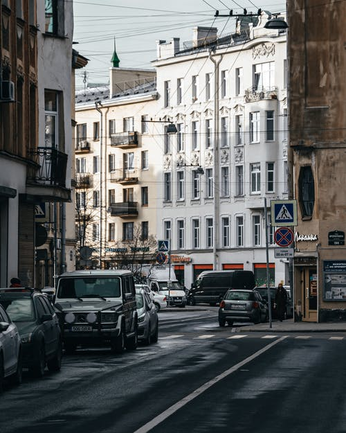 Photos gratuites de automobiles, bâtiments, bord de la route