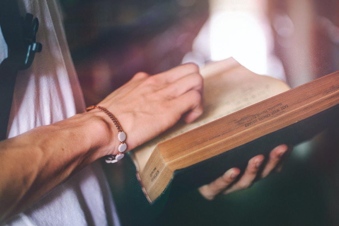 bărbați, brățară, citind