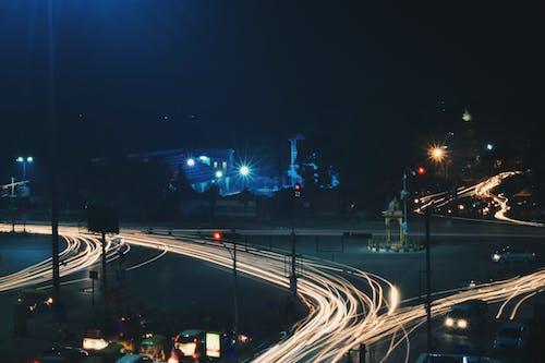akşam, araba farları, arabalar, bina içeren Ücretsiz stok fotoğraf